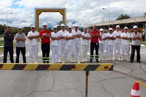 Metalúrgicos que trabalham no restaurante junto com dirigentes sindicais em greve contra a terceirização