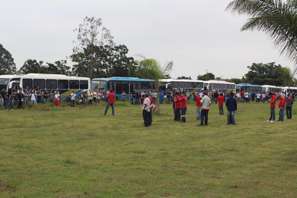 Trabalhadores do setor de produção na manhã dessa quinta-feira, dia 26, durante paralisação de uma hora