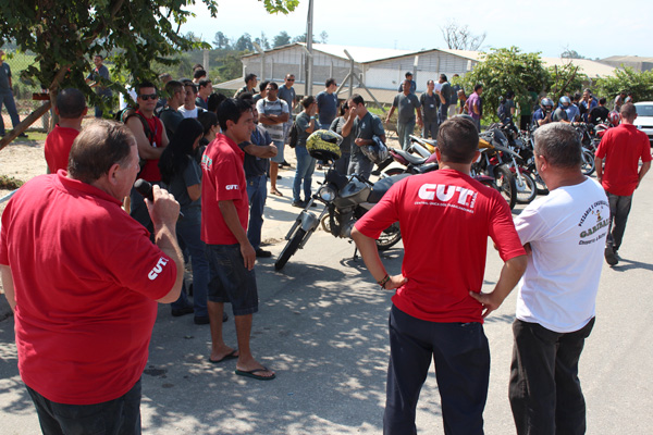 Trabalhadores do turno da tarde também aderiram à greve e foram embora nessa sexta-feira
