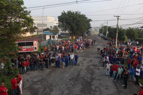 Um dos inúmeros protestos que ocorreram em todo o Brasil para pressionar o Congresso contra esse projeto que rasga a CLT
