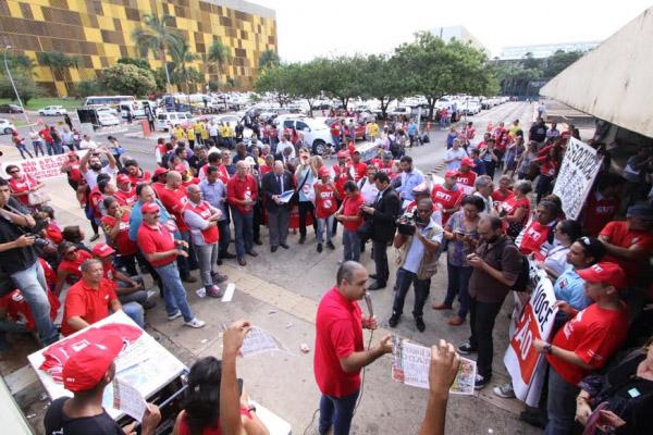 Vagner Freitas, presidente da CUT, conversa com trabalhadores na frente da Câmara (foto: Edgar Marra)