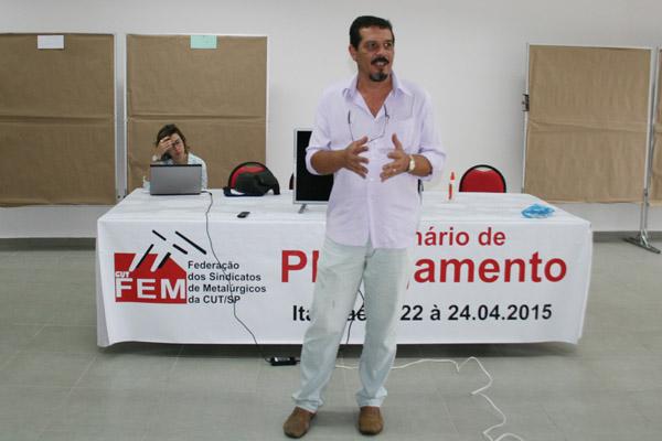 No destaque, Luizão e a economista da Subseção do Dieese na FEM-CNMCUT, Caroline Gonçalves (foto FEM-CUT/SP)