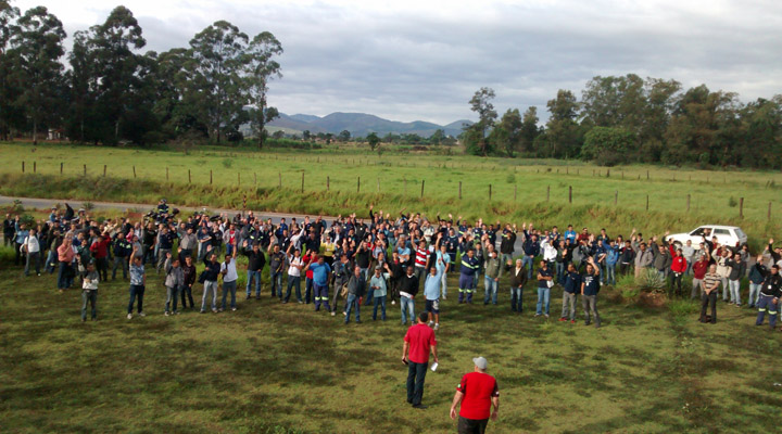 Trabalhadores aprovam medida que era cobrada pelo sindicato desde o começo do ano para evitar demissões (fotos: Benedito Irineu)