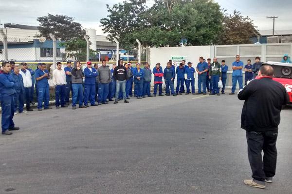 Trabalhadores atrasaram a entrada do turno nessa quinta para cobrar medidas de segurança (foto Benedito Irineu)