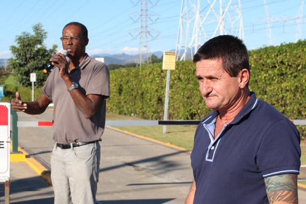 Ao microfone, Benedito Irineu, junto ao dirigente André Dantis