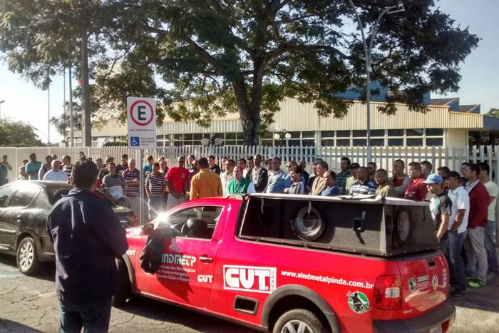 Protesto dos trabalhadores na porta do Senai; ninguém participou da reunião convocada pela Gerdau (foto Benedito Irineu)