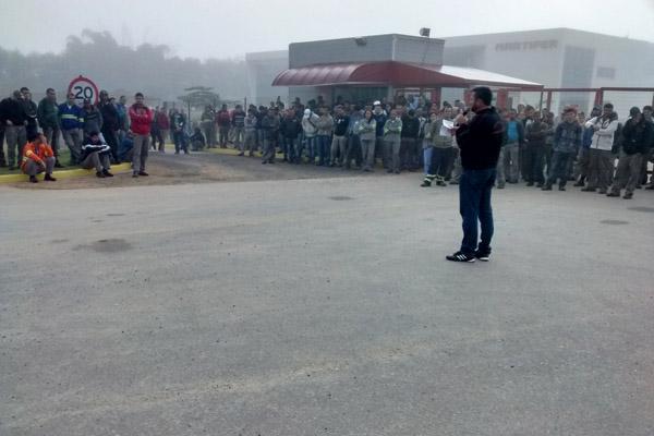 Ao microfone, Herivelto - Vela; em negociação com a fábrica, sindicato conseguiu evitar demissões (crédito da foto: Benedito Irineu)