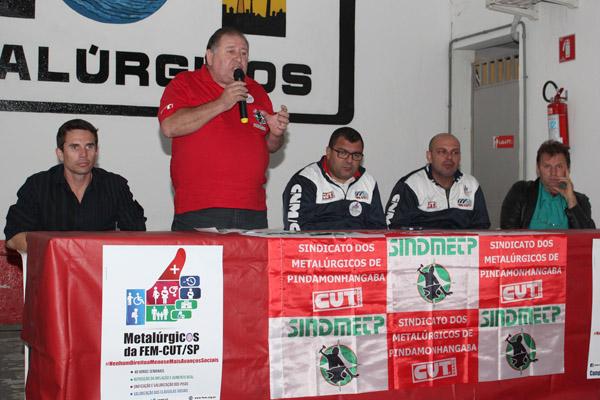 Ao microfone, o presidente Renato Mamão, junto ao secretário de Finanças, Sérgio da Silva, o secretário de Organização da FEM-CUT, Otávio Macedo, o secretário de Saúde da FEM-CUT, Marcelo Pepeo, e o vice-presidente do sindicato, Romeu Martins