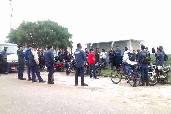 Categoria reunida em frente à fábrica; excesso de acidentes também está nas reclamações (Foto: Divulgação)