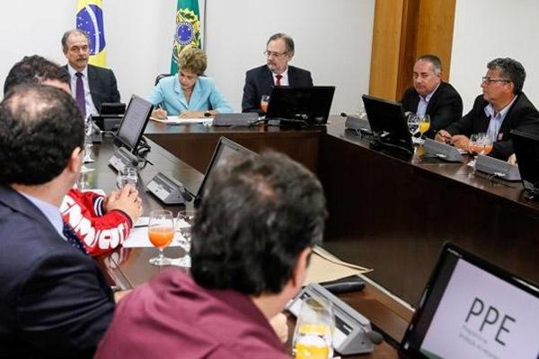 Dilma assina MP em encontro com sindicalistas (Crédito Lula Marques)