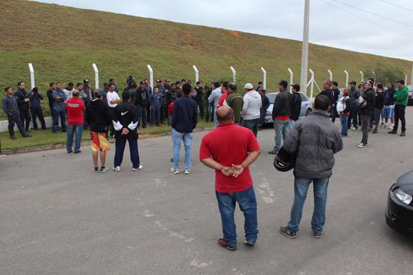 Trabalhadores atrasaram a entrada do turno e aprovaram a entrega do comunicado de greve