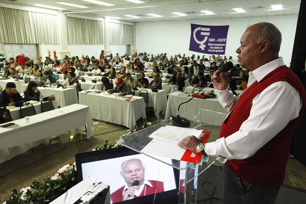 Na apresentação do balanço, Adi também destacou a troca de experiências entre trabalhadores (as) do Brasil e outros países (foto Dino Santos)