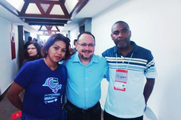 Ao centro, o novo presidente da CUT-SP, Douglas Izzo, junto aos dirigentes de Pinda no congresso, Maria Auxiliadora e Valdir Augusto (foto Divulgação)