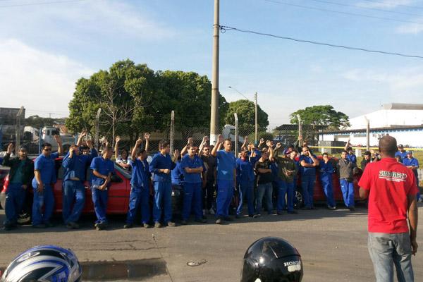 Assembleia aprova entrega do comunicado de greve contra demissão arbitrária e falta de segurança (foto Carlos Cabral)