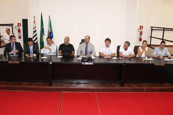 Ao microfone, Professor Osvaldo, junto a representantes de vários setores da sociedade, que definiram ações para continuar discussão do tema