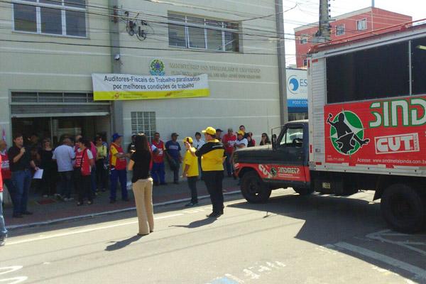 Protesto realizado em frente à Gerência Regional do Trabalho e Emprego, em São José dos Campos (foto Divulgação)