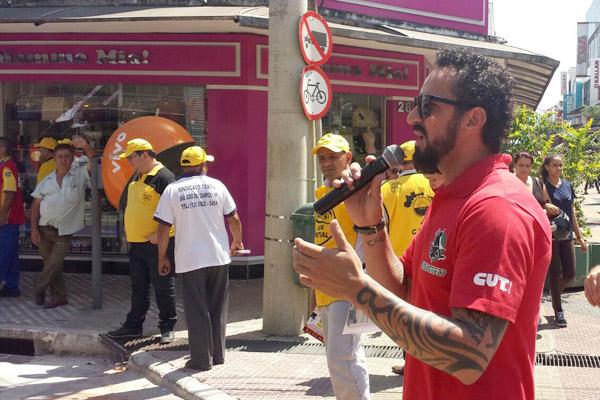O dirigente sindical Odirley Prado durante protesto dos auditores em São José dos Campos