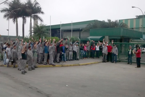 Trabalhadores da Latasa aprovam proposta em assembleia (foto Benedito Irineu)