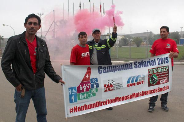 Mobilização pela Campanha Salarial na portaria da Gerdau no dia 1º; no mesmo dia os patrões do Grupo 8 apresentaram nova proposta