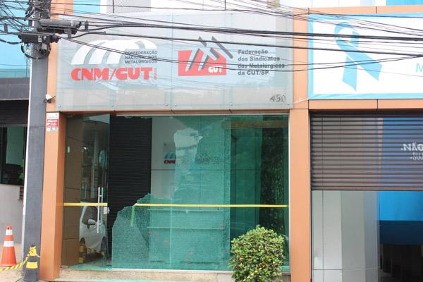 Sede da FEM e CNM-CUT, em São Bernardo do Campo foi alvo de atentado na noite desta quarta-feira (25) e teve sua fachada destruída (foto Divulgação)
