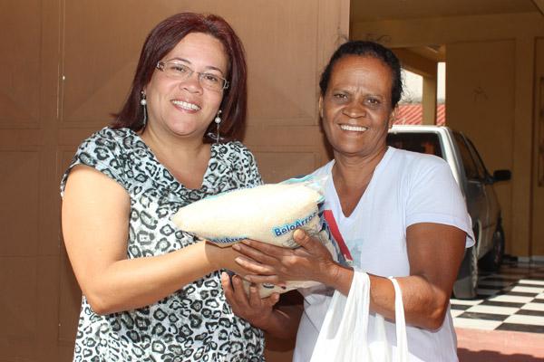 Doadora e a voluntária Aidê, da Comunidade Nossa Senhora das Graças, na campanha do ano passado