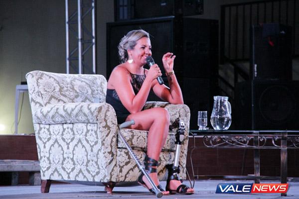 Jéssica Claro durante palestra no Marinelli Eventos (Foto: Saulo Fernandes / Vale News)