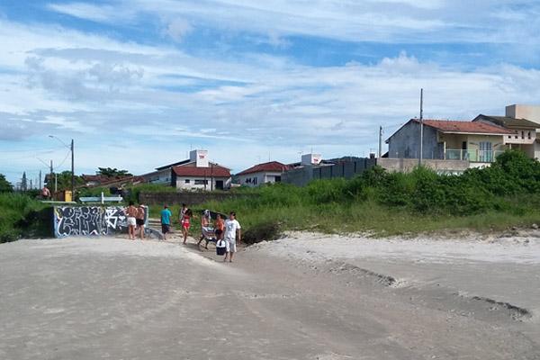 Da areia da praia dá pra ver os dois prédios da colônia da FEM-CUT/SP