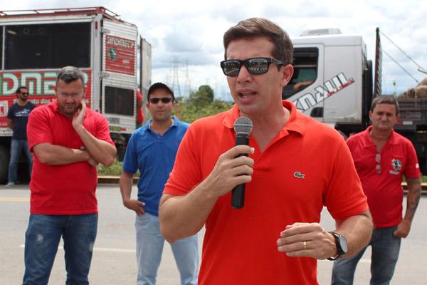 Ao microfone, o secretário de Finanças do sindicato, Sérgio da Silva, que também participou das negociações