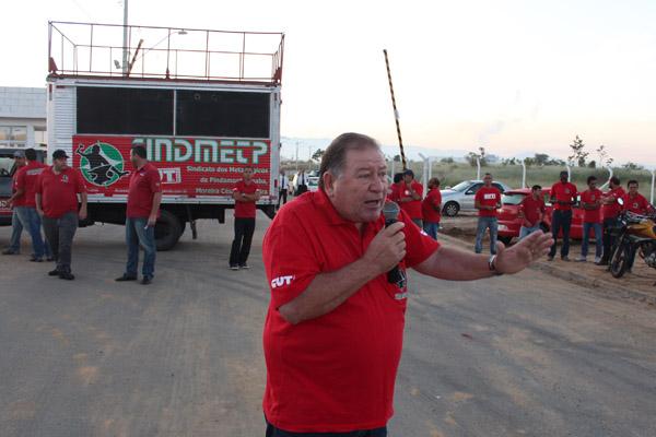 Ao microfone, o presidente Renato Mamão
