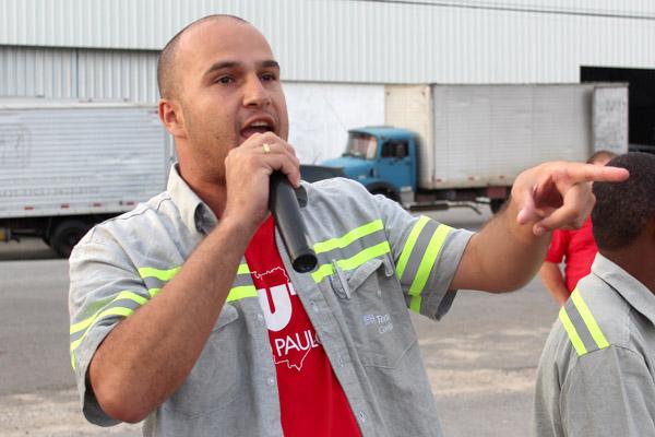 Caio Fabretti, durante mobilização na portaria da Confab Tubos