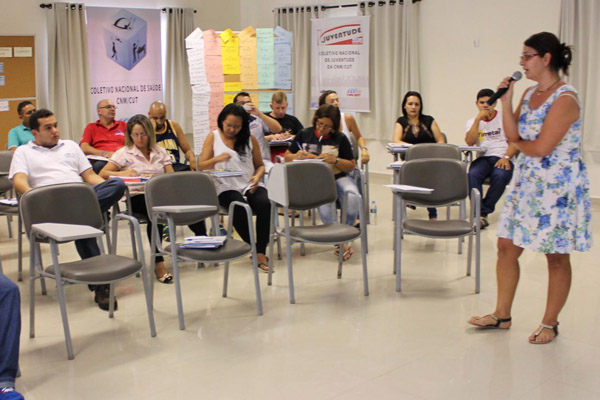"""Maria Frô (microfone): """"A disputa do projeto político passa pela comunicação"""" (foto CNM-CUT)"""