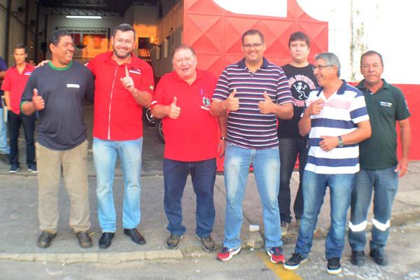 Candidatos da situação e da oposição, pouco antes da saída das urnas para as fábricas (foto José Alfredo)