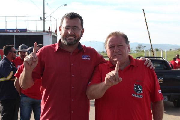 Vela, futuro presidente, junto ao atual presidente Renato Mamão, logo após assembleia em porta de fábrica