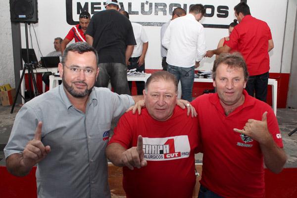 O novo presidente Vela, o atual presidente Renato Mamão e o ex-presidente Romeu Martins, nos momentos finais da apuração