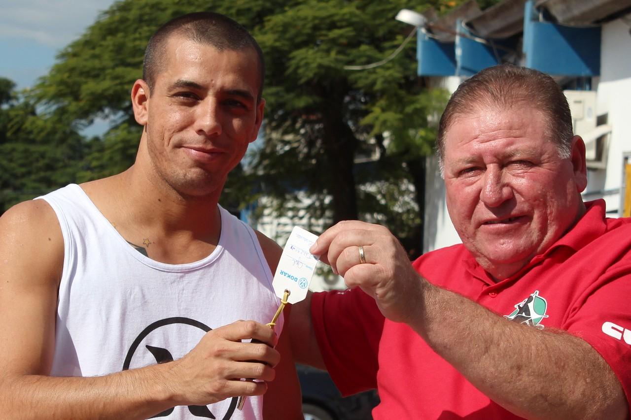 Renato Mamão entrega chave ao Guilherme, ganhador do sorteio do carro no ano passado