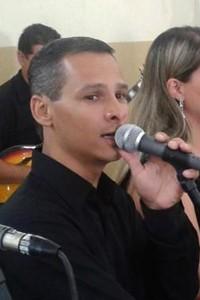 O dirigente sindical Marcinho, da Gerdau, cantando em um casamento na sua comunidade, no bairro Gurilândia, em Taubaté