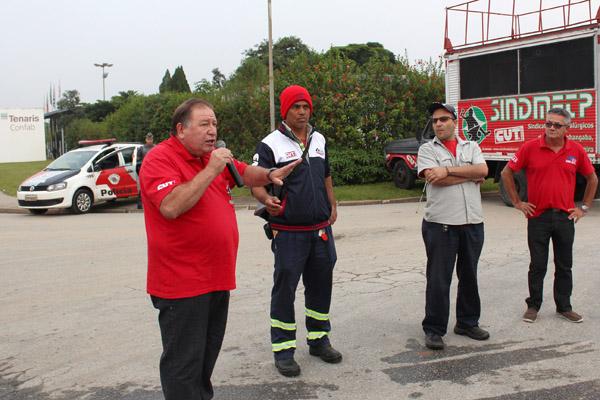 Ao microfone, o presidente Renato Mamão, durante mobilização na Tenaris Confab este ano