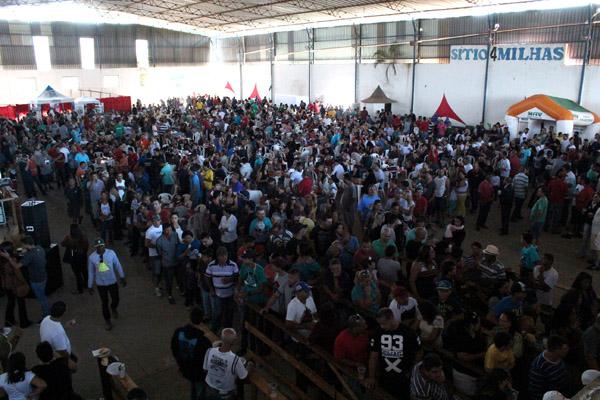 Ao longo do dia, 3.500 pessoas estiveram no evento; no outro salão foi realizada missa, depois brinquedos e show de sertanejo
