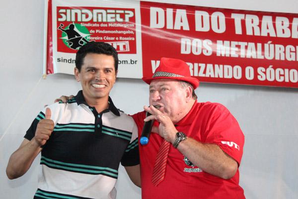 Junto ao presidente Renato Mamão, o ganhador do carro Vagner Luis dos Santos, que demorou pra acreditar que o Gol 2017 completo era seu