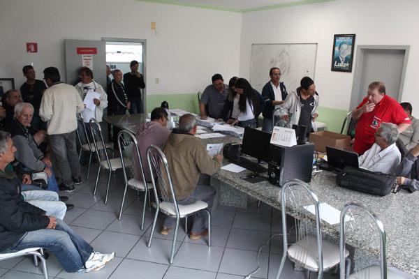 Plantão conta com advogados, contadores e também representantes da empresa para discutir caso a caso