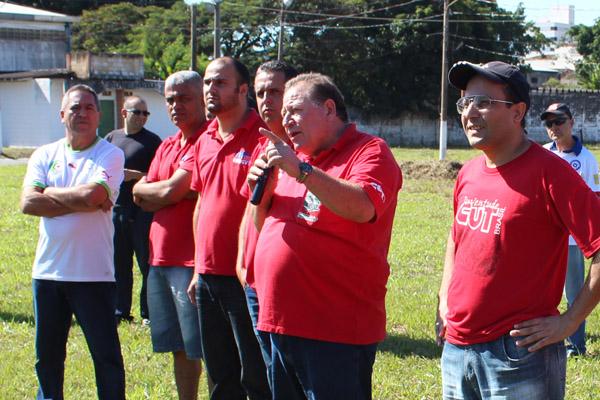 Ao microfone, o presidente Renato Mamão, conduz assembleia histórica para a categoria