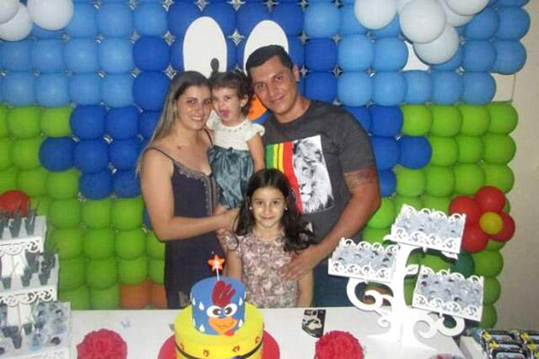 Heryton, com a esposa Geisa e as filhas, Letícia, de 9 anos, e Ana Clara, de 2, na festa de aniversário, em fevereiro (foto Arquivo da família)