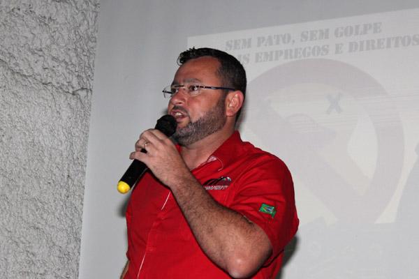 Sindicalista pela Gerdau, Vela comandará a entidade por quatro anos; ao fundo, slogan da Campanha Salarial deste ano