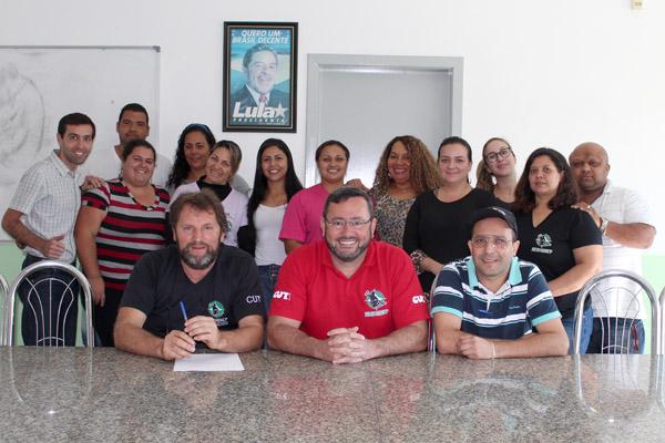 Funcionários do sindicato junto aos dirigentes Romeu Martins, Herivelto Vela e Luciano - Tremembé