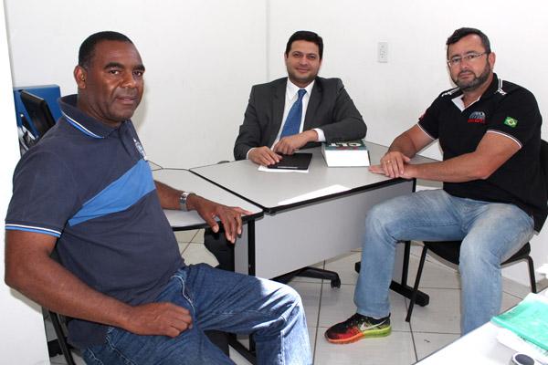 O sindicalista Valdir Augusto, o advogado trabalhista Alison Montoani, e o presidente Herivelto Vela, no Departamento Jurídico do sindicato