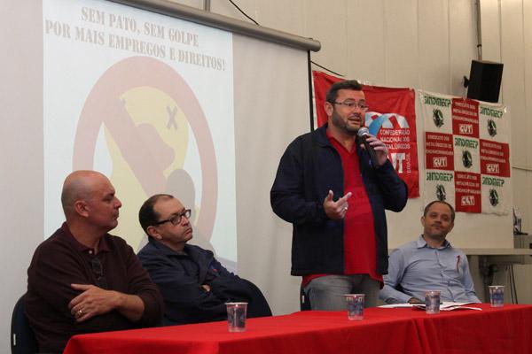 Ao microfone, o presidente Herivelto Vela, junto com membros da FEM-CUT e da CNM/CUT