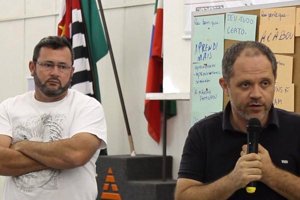 Ao microfone, o secretário de Formação da FEM-CUT/SP, Erick Silva, junto ao presidente Vela