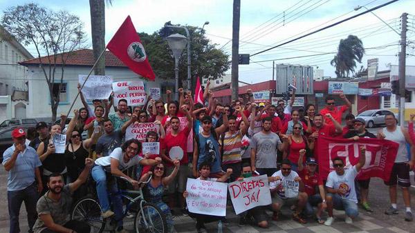 Grupo de manifestantes após passeata que saiu da praça da Cascata e percorreu ruas do centro de Pinda (foto Divulgação)