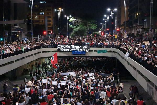 """Paulista tomada por manifestantes, muito diferente dos """"pequenos grupos de 40, 50 pessoas"""" ditos por Temer (foto Marcia Minillo-RBA)"""