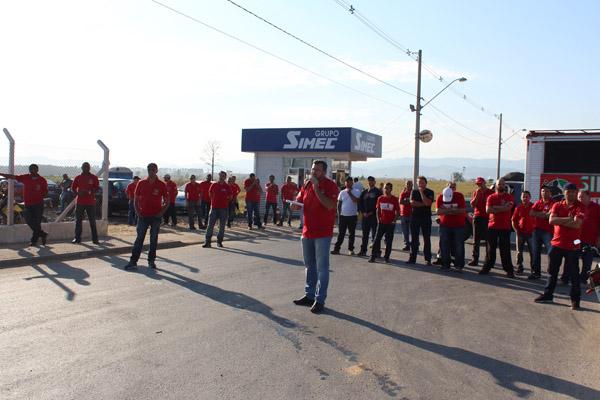 Ao microfone, presidente Vela, junto com direção do sindicato em peso na greve